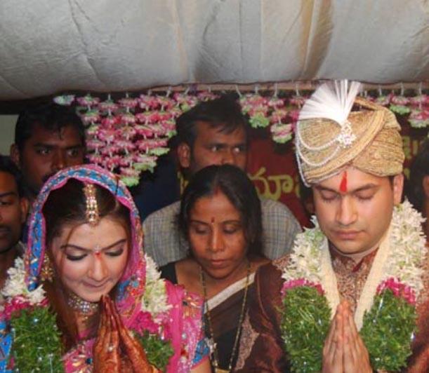 http://fearlessfalgons.files.wordpress.com/2009/06/aarthi-agarwal-marriage-pictures.jpg